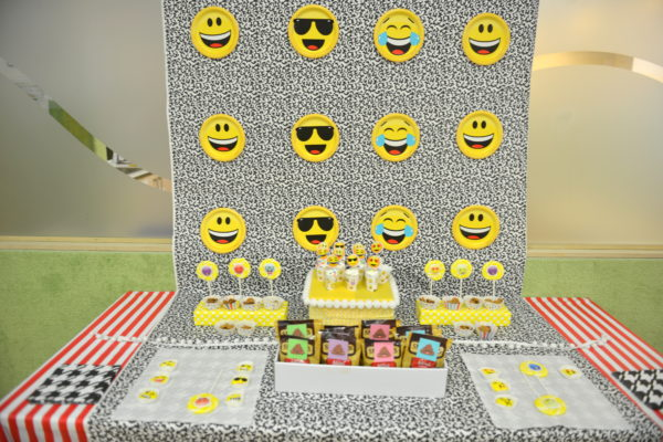 emoji party ideas, how to plan an emoji party, emoji themed party, emoji dessert bar